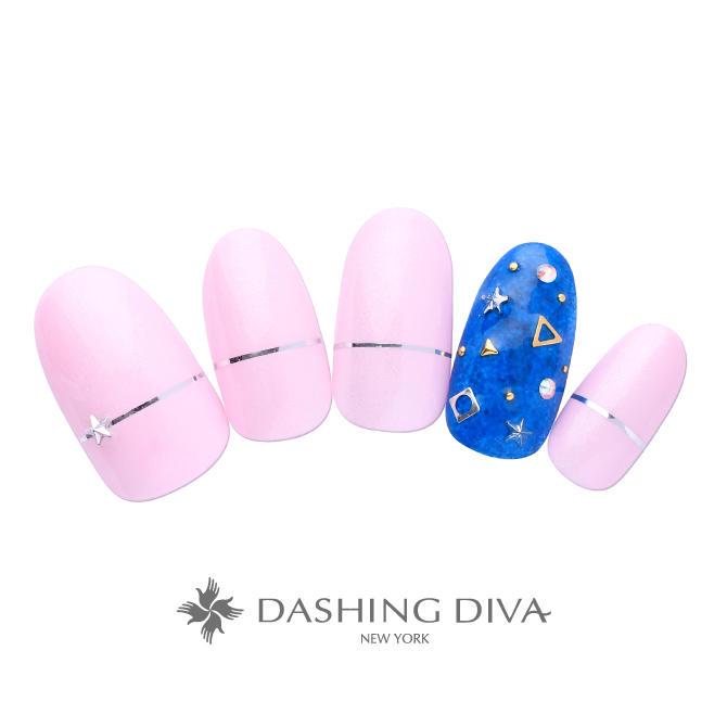 ピンクのワンカラーに遊び心のあるビジューアート