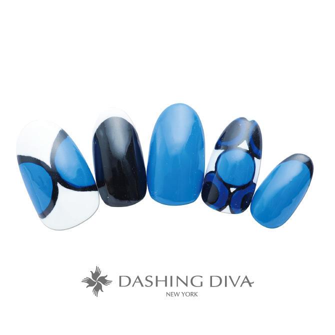 鮮やかなブルーが印象的な北欧風ネイル